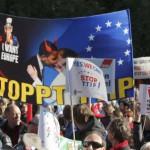 Cientos de miles de personas marcharon en Berlín el sábado en una protesta contra el previsto acuerdo de libre comercio entre Europa y Estados Unidos, del que dicen que es antidemocrático y que afectará a la seguridad alimentaria, las normas laborales y ambientales. En la imagen, manifestantes participan en la marcha en Berlín el 10 de octubre de 2015. REUTERS/Fabrizio Bensch